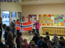 While the national anthem is to hear, the pupils carry in the norwegian flag.
