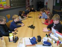 The pupils learn the numbers in norwegian language by playing Domino.